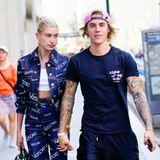 Auf den ersten Blick wirkt der dunkelblaue Date-Look von Hailey Baldwin und Justin Bieber zumindest farblich gut abgestimmt. Bei genauerem Hinsehen ist die Kombi aus seinem Schlabber-Style mit Hotel-Puschen und ihrem unübersehbar von Versace stammenden Jeans-Anzug ein doch eher skurriles Pärchen-Outfit.