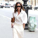 Oh là là! Victoria Beckham ist bei ihrer Shoppingtour durch Paris im weißen Sommeroutfit gar nicht zu übersehen.