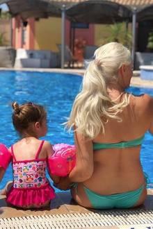 23. Juni 2018  Tochter Sophia und Mama Daniela Katzenberger genießen das gute Wetter am Pool auf Mallorca.