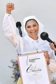 """5. Juli 2018  Diese Auszeichnung, die sie auf Schloss Solliden verliehen bekommen hat, freut Prinzessin Victoria so sehr, dass sie ihre Faust in die Höhe streckt. Jetzt darf sie sich nämlich """"Öländer des Jahres"""" nennen. Wir gratulieren!"""