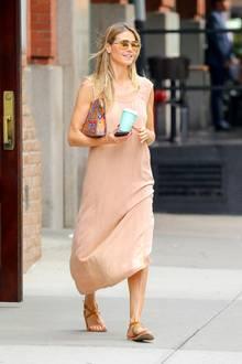 In einemnudefarbenen Hängerchen-Kleid flaniert Heidi Klum gut gelaunt durch New York. Zu ihrem sehr schlichtenKleid stylt HeidieineverspiegeltePilotenbrille und eineClutch von MCM.Kurze Zeit später muss Heidi ihren Kaffeebecher allerdings gegen einen Regenschirm tauschen ...