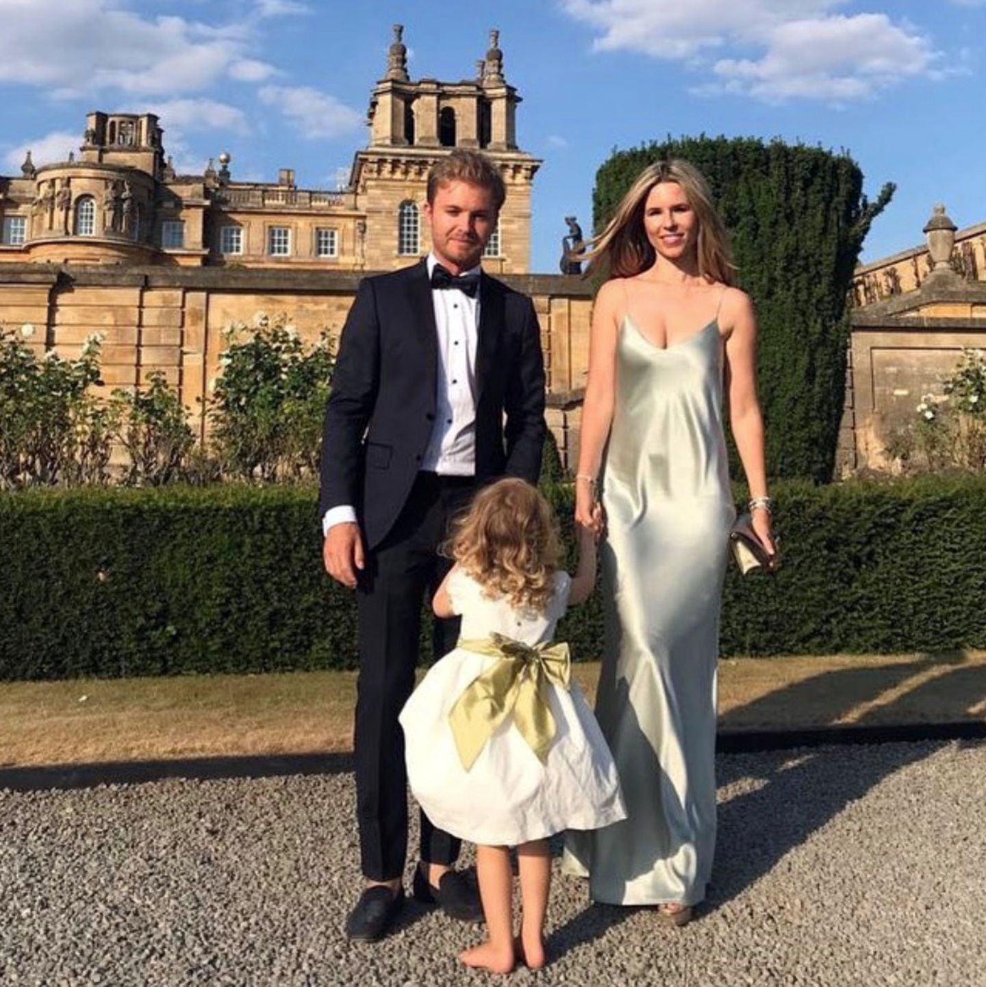 Formel-1-Star Nico Rosberg und seine schöne Ehefrau Vivian sind zu Gast auf einer Hochzeit im englischen Woodstock. Auch TöchterchenAlaïa feiert mit, in einem weißen Kleid mit süßer Schleife.