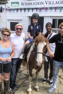 8. Juli 2018  Familienspaß am Sonntag:Boris Becker ist mit seinen Söhnen Amadeus und Elias in Wimbledon unterwegs. Der kleine Amadeus darf auf einem Pony reiten und ist dabei hoch konzentriert.