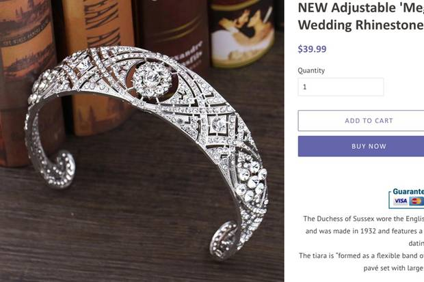 Der Reif ist exakt dem Diadem nachempfunden, das Queen Mary vor etwa 90 Jahren besaß. Das Original stammt aus 1932 und umschließt eine Diamant-Brosche, die nochmals 40 Jahre älter ist.