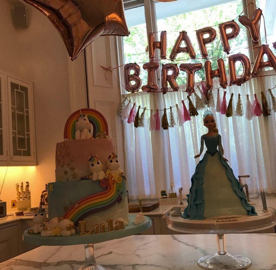 9. Juli 2018  Happy Birthday Lula! Die Tochter von Liv Tyler feiert ihren zweiten Geburtstag und Mama Liv hat was die Torten anbelangt mächtig aufgefahren. Für das Geburtstagskind hat Mama Liv eine bunte Einhorntorte und ein süßes Backwerk in Form einer Prinzessin fertigen lassen.