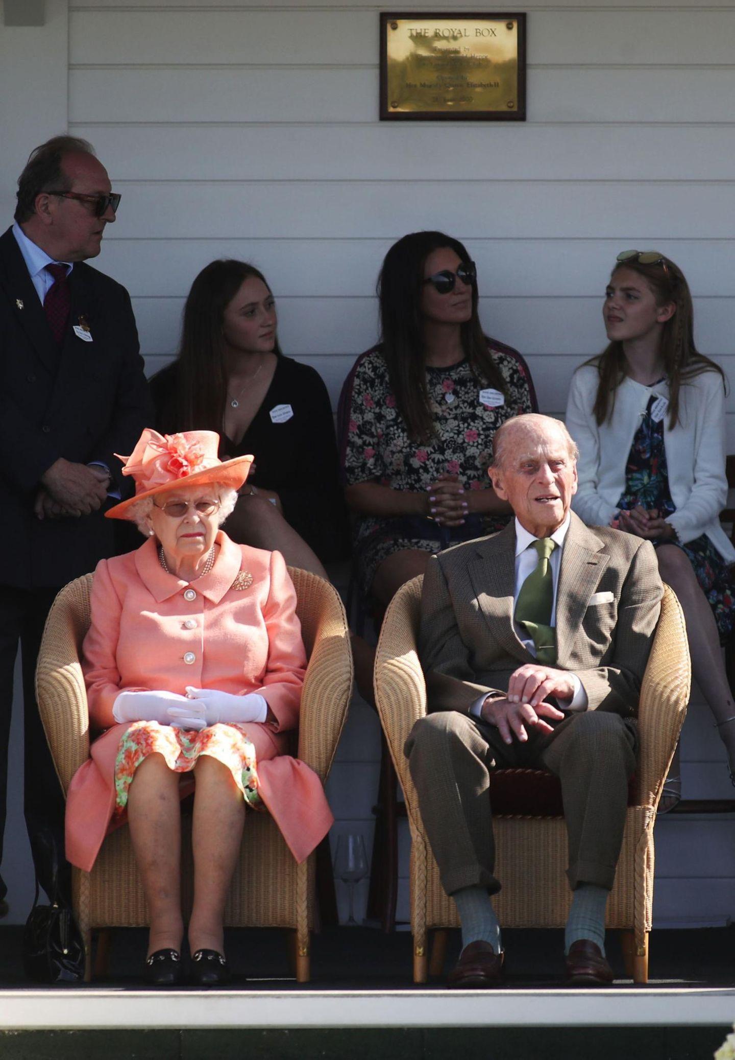"""09. Juli 2018  Sie feiern 71 Jahre Verlobung: Die Queen sitzt weiterhin auf dem Thron und Prinz Philip noch immer an ihrer Seite.Königin Elizabeth II ist die am längsten regierende britische Monarchin und das am längsten amtierende Staatsoberhaupt der Welt. Trotz des hohen Alters zeigensie sich weiterhin in der Öffentlichkeit: Auf dem Foto fiebert das royale Ehepaarbei einemMatch im """"Guards Polo Club"""" im Windsor Great Park am 24. Juni 2018 mit."""