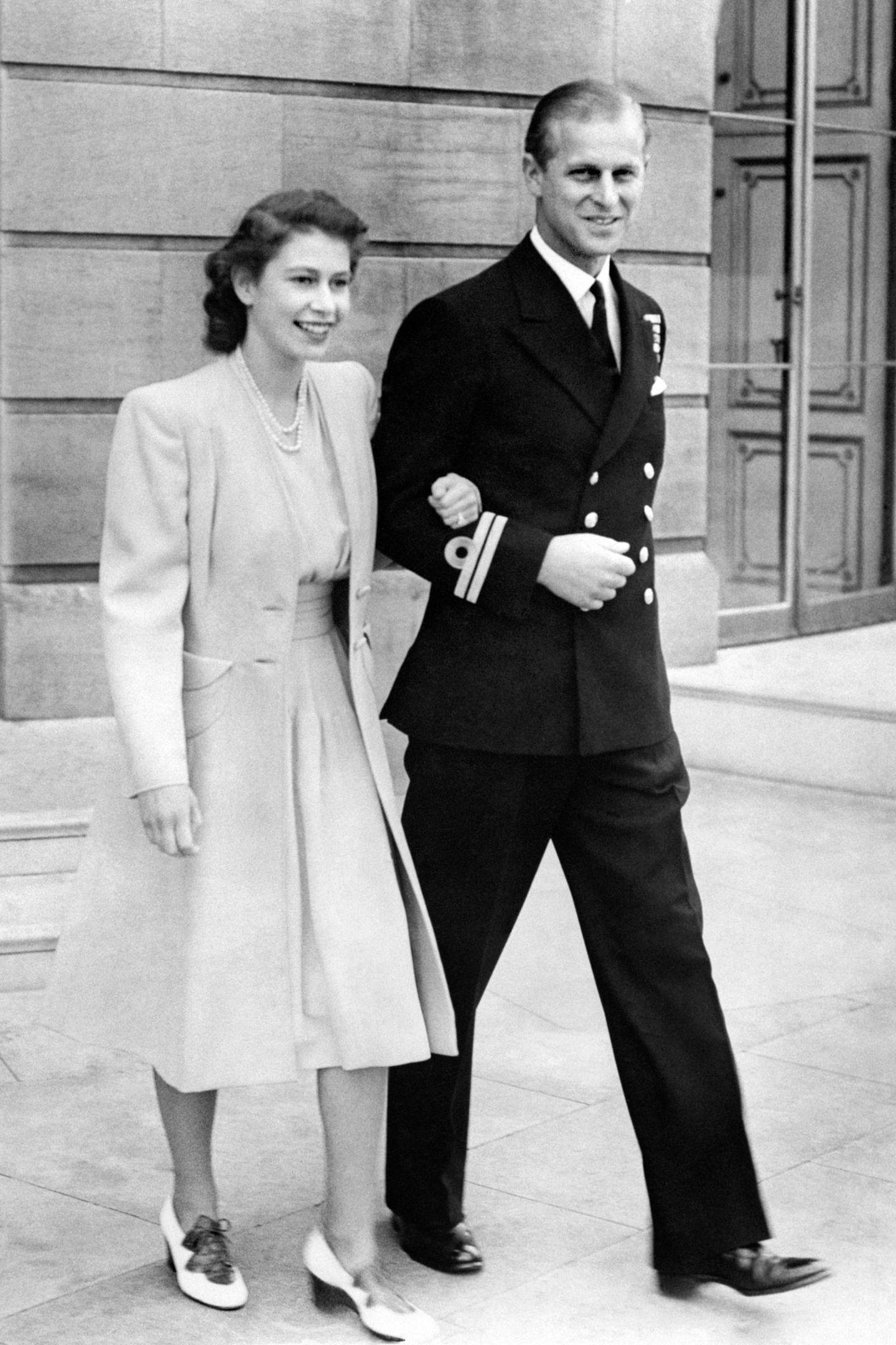 10. Juli 2018  Einen Tag nach ihrer Verlobung (10. Juli 1947) strahlen Queen Elizabeth II undPhilip Mountbatten in der Öffentlichkeit.