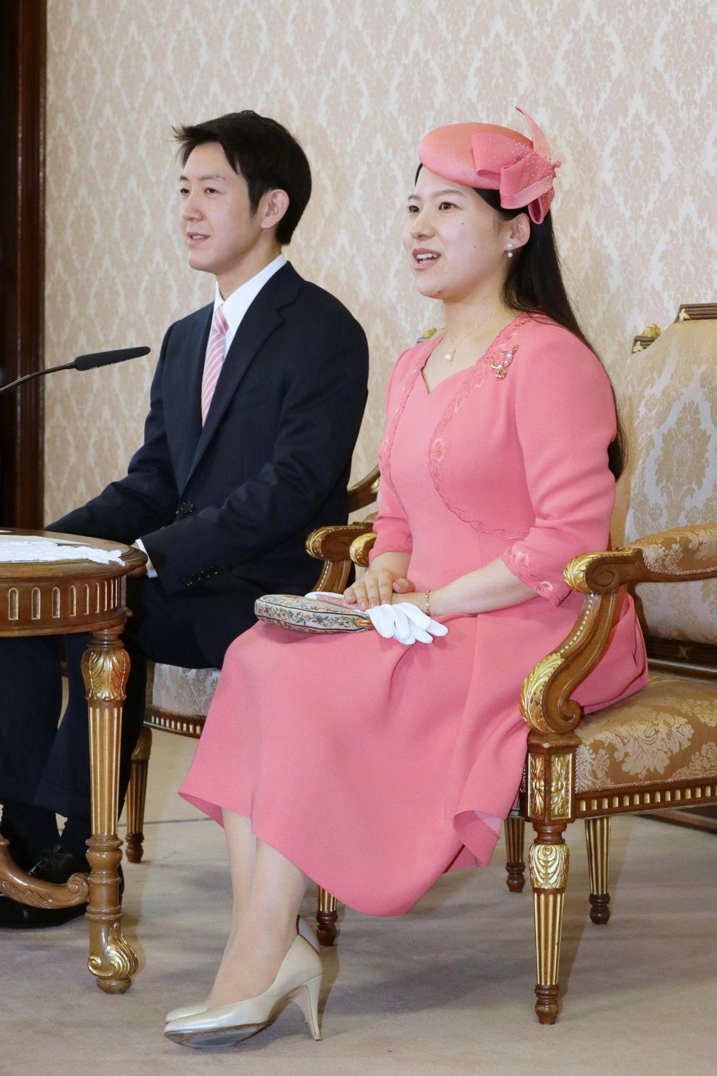 2. Juli 2018  Prinzessin Ayako zeigt sich bei der Pressekonferenz zu ihrer Verlobung mit dem Bürgerlichen Kei Moriya sehr fröhlich in kräftigem Rosa mit passenden Pillowbox-Hütchen. Für ihre große Liebe verzichtet die Prinzessin auf ihren Titel.