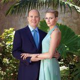 23. Juni 2010  Auf ihrem offiziellen Verlobungsfoto mit Fürst Albert II. bezaubert Charlène Wittstock in zartem Türkis. Der elegante Look erinnert wohl nicht zufällig an Alberts verstorbene Mutter, Hollywood-Legende Grace Kelly.