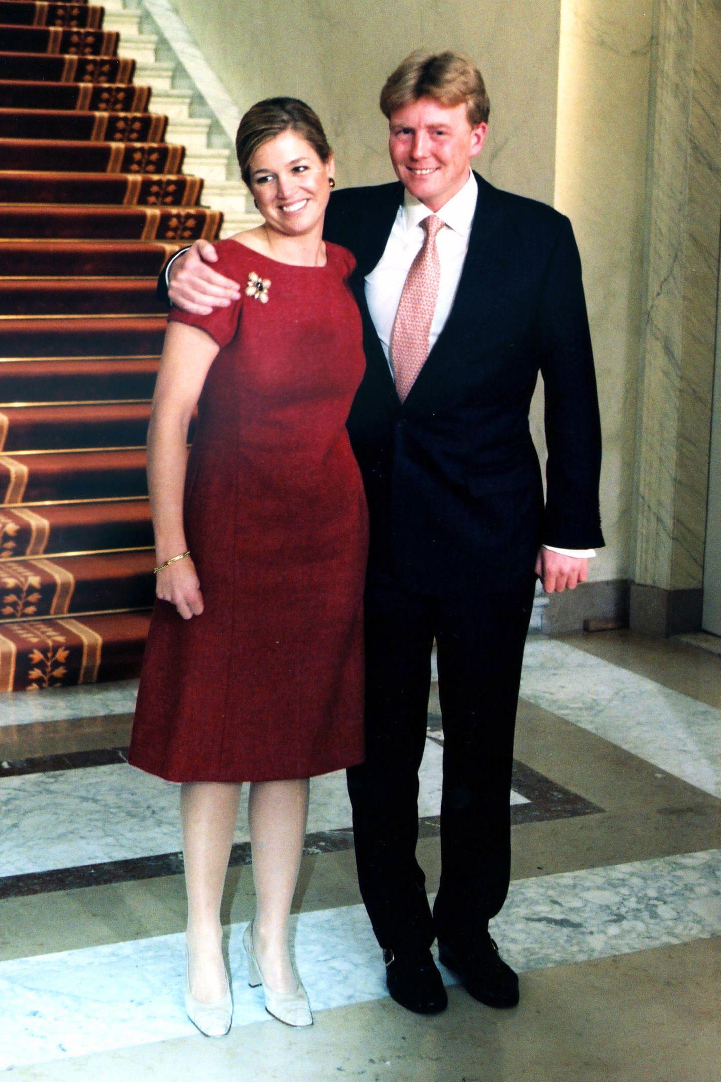 30. März 2011  Máxima Zorreguieta Cerruti, die spätere Prinzessin und jetzige Königin der Niederlande strahlte bei der Bekanntgabe ihrer Verlobung mit Prinz Willem-Alexander so sehr, dass das schlicht-elegante Etuikleid fast untergeht.