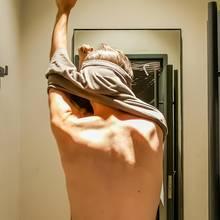 Mann zieht sich um (Symbolbild)
