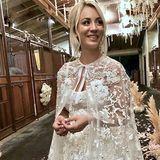 """Für das maßgeschneiderte Kleid von Designerin Reem Acra wurden über 45 Meter Seide benutzt und mit handgemachten floralen Applikationen und Tüll verziert. Ganze 10 Näherinnen arbeiteten über 400 Stunden an dem Kleid, wie die Designerin jetzt im Interview mit """"E!News"""" verrät."""
