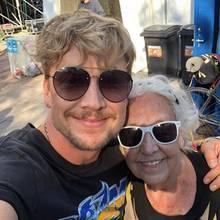 """8. Juli 2018  Dieses Fan-Girl hat es dem blonden Finnen Samu Haber angetan. Der Sänger und die ältereDame strahlen gemeinsam in die Kamera.""""Leute, darf ich euch Frau Eila Siimes, eine 90-jährige Frau aus Turku vorstellen. Ihr Wunsch an diesem Wochenende war, ein Foto mit mir zu machen. Sie ist der älteste Gast beim RuisRock und sie sagte, sie ist verfügbar, falls ich Interesse habe. Ich bin ein Fan"""", schreibt er dazu."""