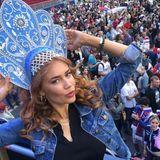 Palina Rojinski feuert Russland an. Die schöne Rothaarige posiert mit einer blauen, traditionell russischenKokoshnik für ihre Instagram Fans.