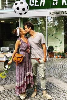 Liebe Liebe Liebe! Dieses zuckersüße Foto teilt Annemarie Carpendale auf ihrem Instagram-Account. Zu sehen ist sie knutschend mit ihrem Ehemann Wayne Carpendale. Das muss Liebe sein.