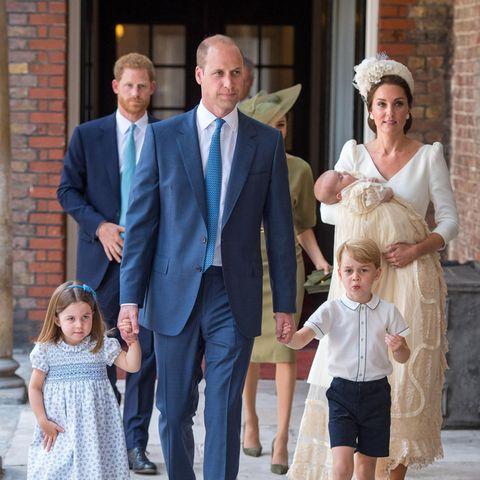 Die Royals kommen zur Taufe: Herzogin Catherine trägt Täufling Prinz Louis, vorneweg geht Prinz William mit Prinzessin Charlotte und Prinz George an der Hand. Im Hintergrund sieht man Prinz Harry und Herzogin Meghan