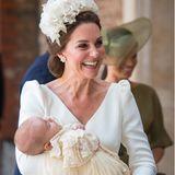 Strahlend kommt Herzogin Catherine aus der St James Kirche. In ihrem Arm der frisch getaufte Prinz Louis.