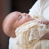 So freidlich schläft Prinz Louis in den Armen seiner Mutter Herzogin Catherine.