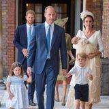 Die royale Familie verlässt nach der Taufzeremonie die Kirche. Vorneweg, an den Händen von Prinz William, Prinzessin Charlotte und Prinz George.