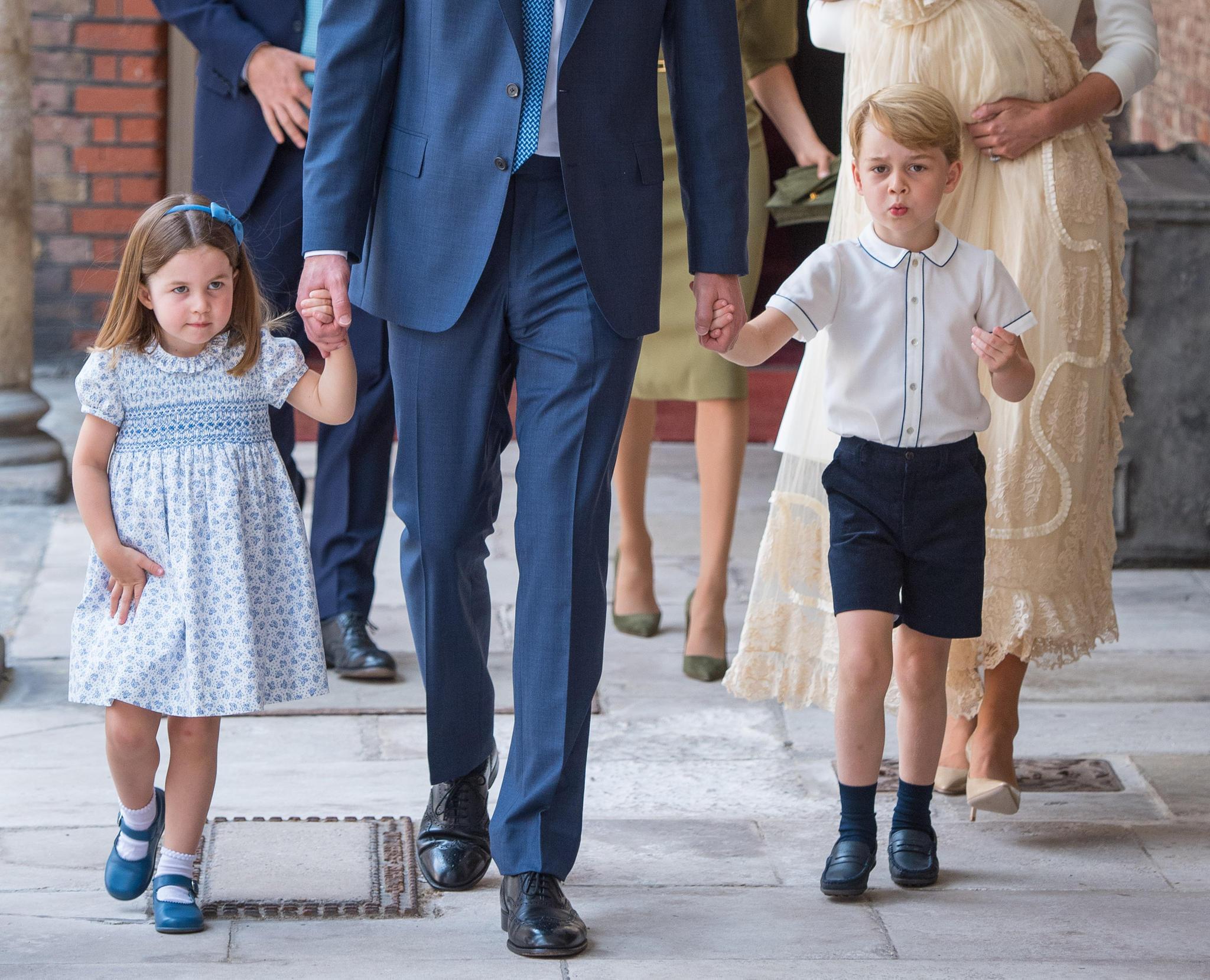 Festlich gekleidet verlassen die beiden Geschwisterchen Prinzessin Charlotte und Prinz George die Kirche.