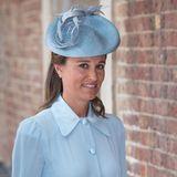 Zur Taufe ihres Neffen Prinz Louis erscheint Pippa Middleton in einem hellblauen Kleid mit passendem Fascinator.