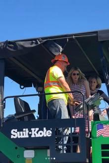 """Als Ivanka Trump das Asphalt-Unternehmen """"Suit-Kote"""" besucht, klettert sie auf eine der schweren Maschinen und stört sich nicht daran, dass sie Heels und ein teures Designer-Kleid trägt."""
