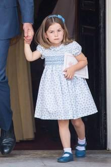 Statt wie sonst ein Schleifchen im Haar zu tragen, wählt sie für die Taufe ihres jüngeren Bruders ein Haarband.Es ist perfekt auf die Krawatte von Prinz William abgestimmt. Zum ersten Mal trägt sie ihre dunkelblonden Haare ineinem Mittelscheitel - die kleine Prinzessin wächst und wächst und scheint sich mit jedem Auftritt noch mehr zu verändern.