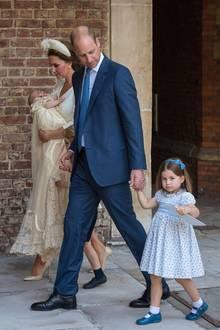 Leicht misstrauisch beobachtet die kleine Prinzessin die wartenden Fotografen. Einen Wink gibt es dieses Mal nur mit dem Programmheft des Gottesdienstes.