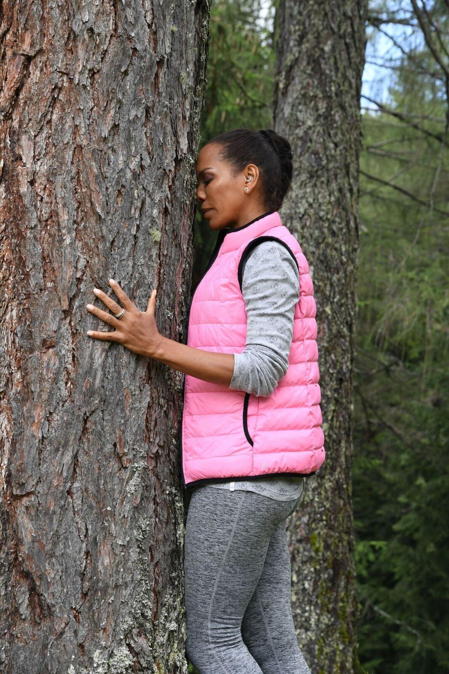 7. Juli 2018   Wellness-Trend Waldbaden: Erholung zwischen Bäumen: Barbara Becker entspannt sich in der Natur.