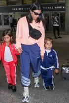 Hauptsache bequem!Kourtney und ihre Kids im Flodder-Look am Flughafen.