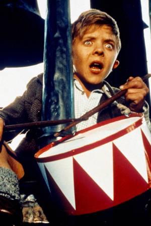 """1979 wird der damals 13-jährige David Bennent durch die Verfilmung des Romans """"Die Blechtrommel"""" bekannt. Auch heute noch gehört die Rolle des """"Oskar Matzerat"""" zu Davids bekanntesten Auftritten in Film und Fernsehen."""