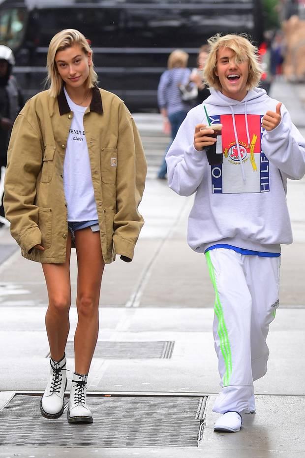 """Hailey Baldwin und Justin Bieber  In einem ausführlichen Instagram-Post bestätigt Justin Bieber: Er und Hailey Baldwin sind verlobt. In einem schicken Urlaubsressort auf den Bahamas soll der Sänger um die Hand seiner On-OF Liebe Hailey baldwin angehalten haben. Sogar von einer Familie ist bereits die Rede.""""Ich liebe einfach alles an dir, Hailey.Du hast zugestimmt, dein Leben mit mir zu verbringen!""""Er scheint tatsächlich große Pläne zu haben, denn er verspricht, ihre Familie in Ehre und Integrität zuführen."""