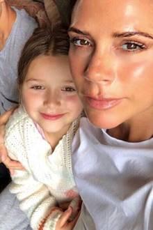 """10. Juli 2018  Auch Mama Victoria Beckham teilt ein niedliches Foto mit Tochter Harper: """"Happy Birthday Baby Girl. Wir lieben dich so sehr. So viele Küsse!"""""""
