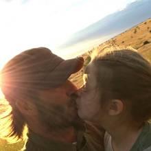 Fußballer David Beckham küsst Tochter Harper auf den Mund.