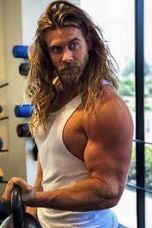 Die Kettlebell geht fast an Brock O'Hurn unter. Im Vergleich zu seinen Oberarmen wirkt sie wie ein kleines Gewichtlein.