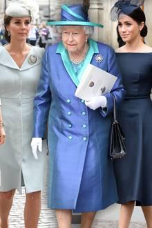 Herzogin Camilla, Herzogin Catherine, Queen Elizabeth und andere weibliche Royals tragen eine Brosche. Herzogin Meghan nicht