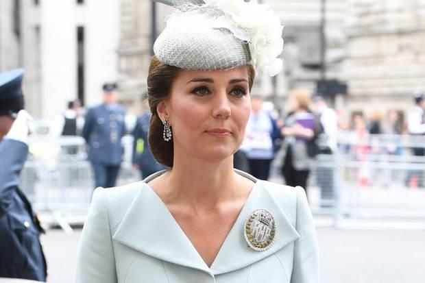 Herzogin Catherine trägt eine ovale Brosche, die die Buchstaben RAF für Royal Air Force zeigt