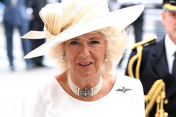 Herzogin Camilla trägt eine Brosche in Form eines Adlers