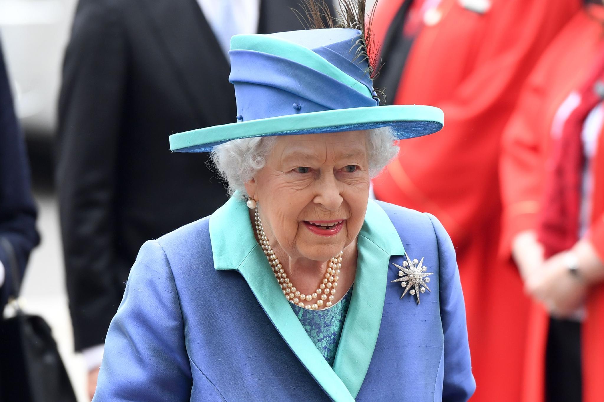 Die RAF-Brosche der Queen ist sternförmig und mit Steinen besetzt