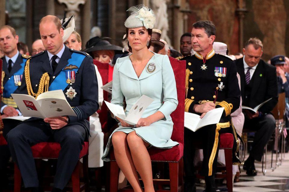 Auch in der Kirche legt Herzogin Catherine ihre Clutch auf den Boden neben den Stuhl. Die Beine hat sie ladylike zur Seite geschwungen und nicht - wie Herzogin Meghan in der Reihe hinter ihr - überschlagen.