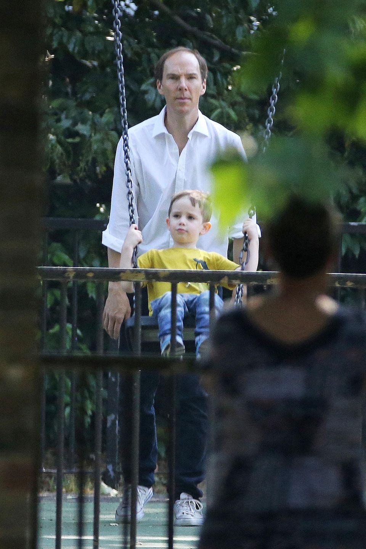 """Ist jetzt Schluss mit den """"SherLocken""""? Die neuesten Fotos von """"Sherlock""""-Star Benedict Cumberbutch sind für seine vielen Fans sicherlich ein Schock, trägt er doch auf seinem schlauen Kopf ganz deutlich weniger Haare. Aber keine Sorge ..."""