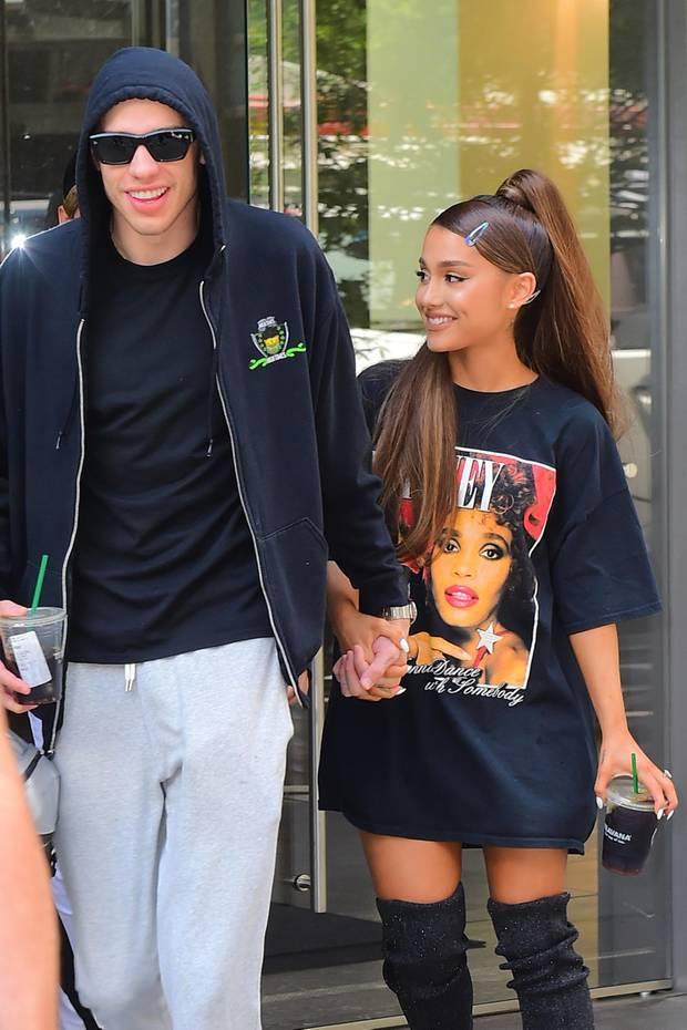 Pete Davidson und Ariana Grande  Das jungePärchen ist gerade mal drei Wochen zusammen, als sie sich angeblich im Juni 2018 verloben. Obwohl das Duo sehr auf die Details ihrer Verlobung bedacht ist, bestätigte Davidson die Gerüchte bei einem Auftritt in der Tonight Show in Juni.