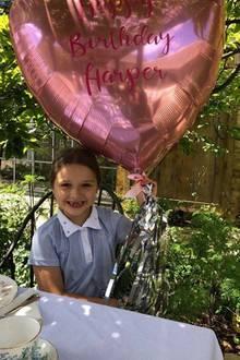 """... und über den Ballon mit denWorten """"Happy Birthday Harper""""."""