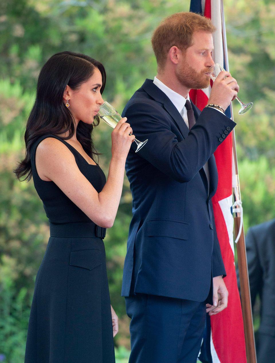 Herzogin Meghan und Prinz Harry trinken ein Gläschen Champagner auf die Iren. Undenkbar, würde Meghan ein Kind erwarten.