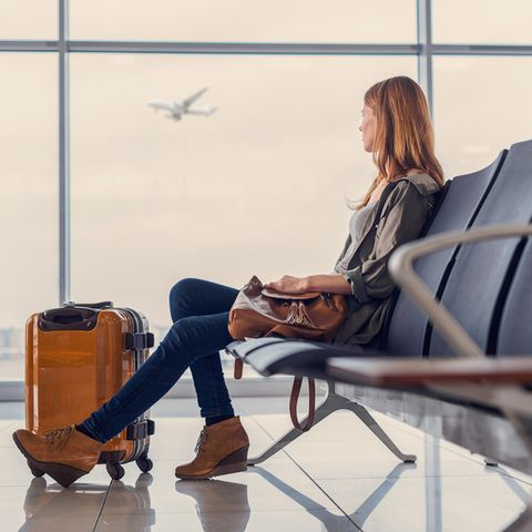 Frau am Flughafen (Symbolbild)