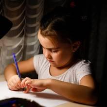 Ein Mädchen macht Hausaufgaben (Symbolbild)