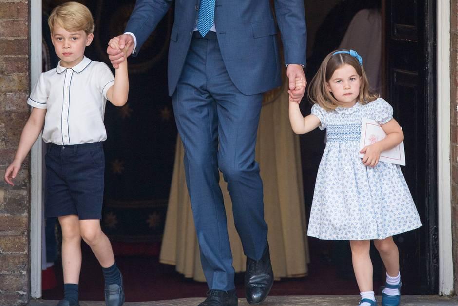 Prinz George mit seiner Schwester Prinzessin Charlotte bei der Taufe ihres Bruder Prinz Louis