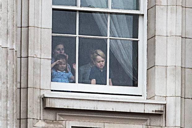 Prinzessin Charlotte und Prinz George schauen, was außerhalb des Palastes vor sich geht