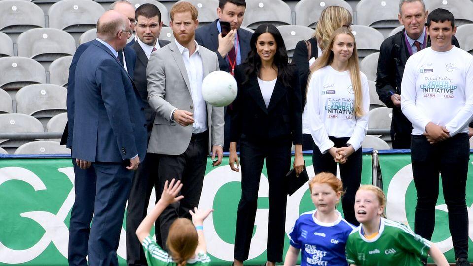 11. Juli 2018  Gemeinsam schautdas royale Ehepaar den Kindern beim Sport zu.