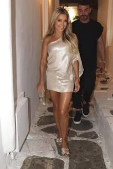 Strahlend schön präsentiert sich Sylvie Meis auf der griechischen Insel Mykonos. In einem goldenen One-Shoulder Kleid kommt die hübsche Sommerbräune der Niederländerin so richtig zur Geltung. Dazu kombiniert Sylvie süße Sandalen mit Schleifen-Detail.
